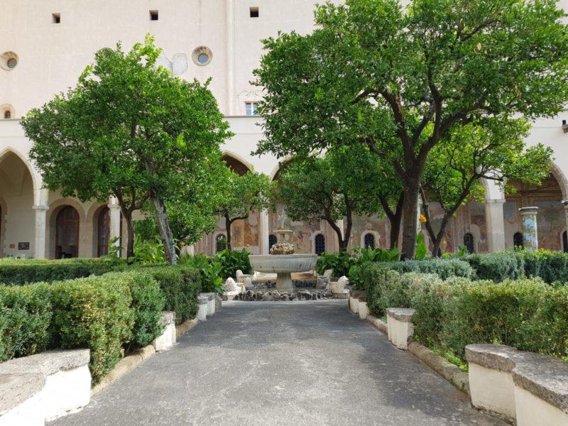 Chiostro maiolicato di Santa Chiara